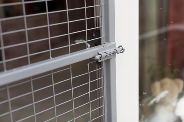dver-reshyotka-na-balkon-antikoshka